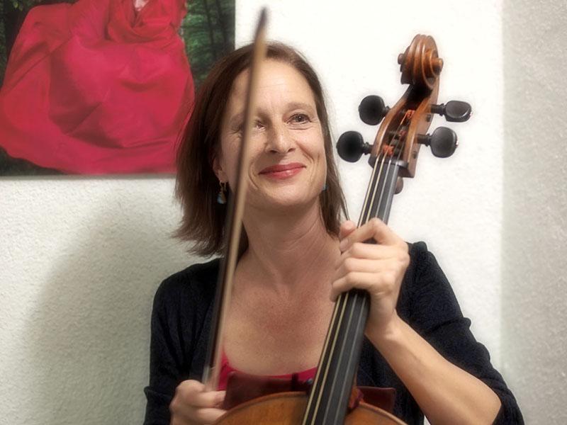 Anja Lechner (vor einem Bild von Pia Schwarz)