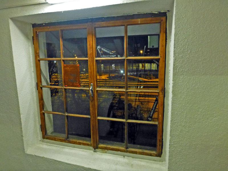 Stiegenhausfenster auf die Bahngeleise